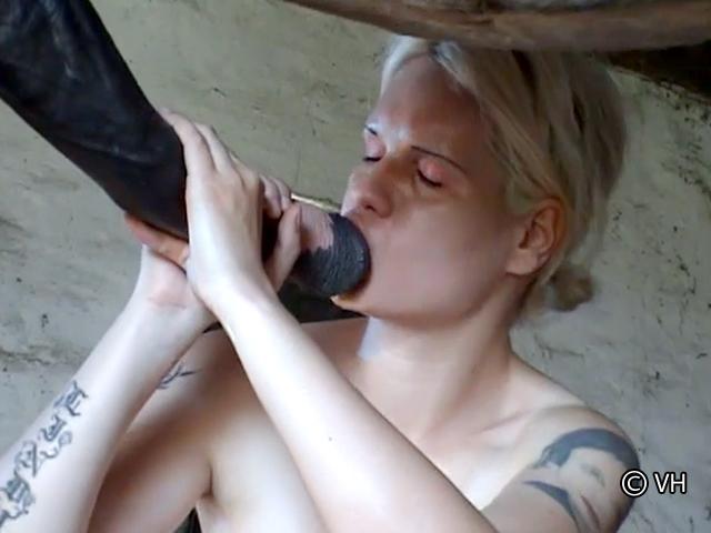 image Cette salope se fait baiser par un inconnu devant sa cam